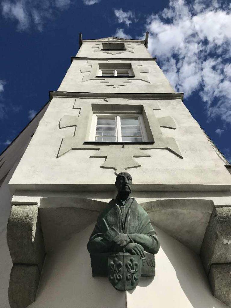 Fuggerhaus Schwaz in Tirol mit der Büste von Jakob Fugger