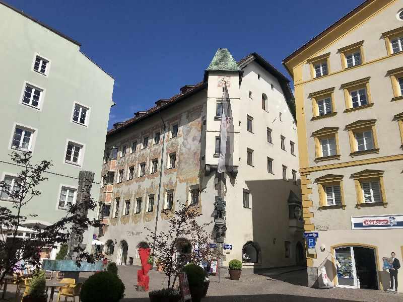 In der Mitte das Rathaus Schwaz mit der bemalten Fassade