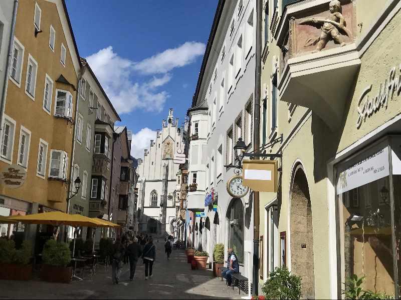 Schwaz Altstadt - die Franz Josef Strasse mit der Stadtpfarrkirche