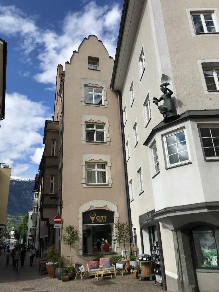 In der Wopfnerstrasse durch die Altstadt Schwaz spazieren