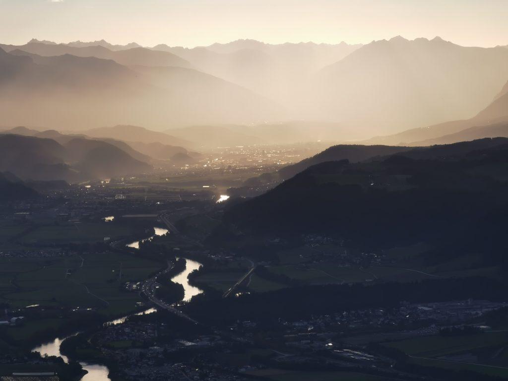 Der Bezirk Schwaz mit dem Inn und den schönen Bergen rundherum