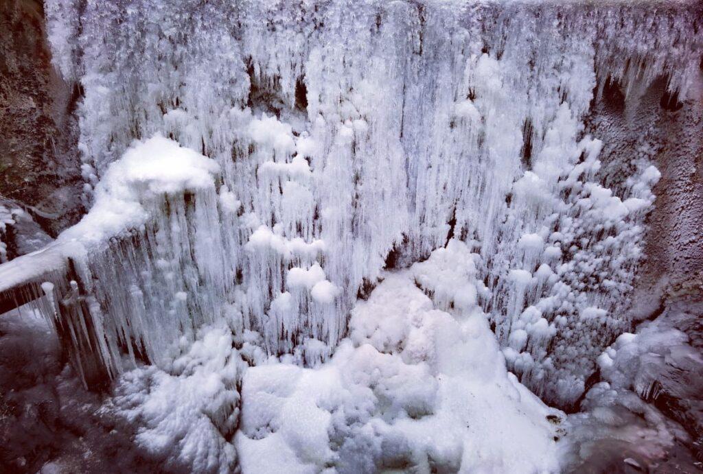 Schwaz Wasserfall am Lahnbach: Meterhohe Wand aus Eis